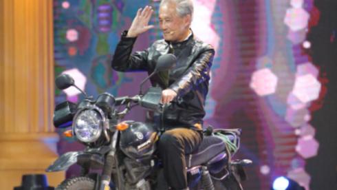89岁爷爷摩托车手获成龙赠车