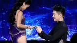 拉丁舞者现场跪地向女友求婚