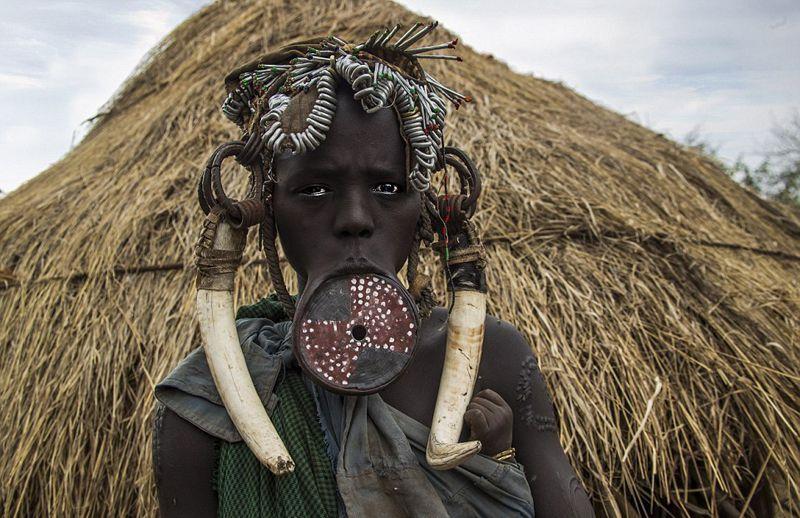 探秘非洲穆尔西部落唇盘妇女另类美丽