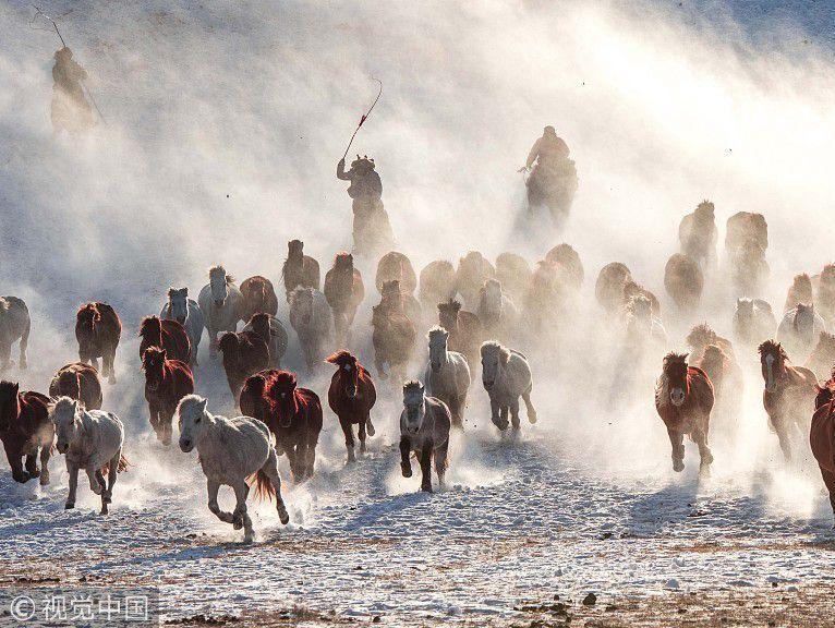 内蒙古赤峰:冬季跑马吸引众多游客